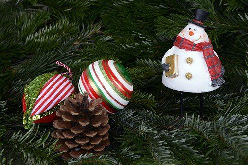 Urok dekoracji tradycyjnych – bombka figurka