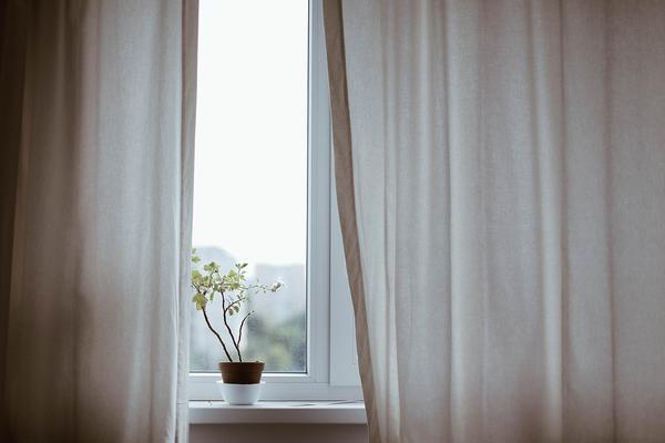 Wybór firanek do okien balkonowych